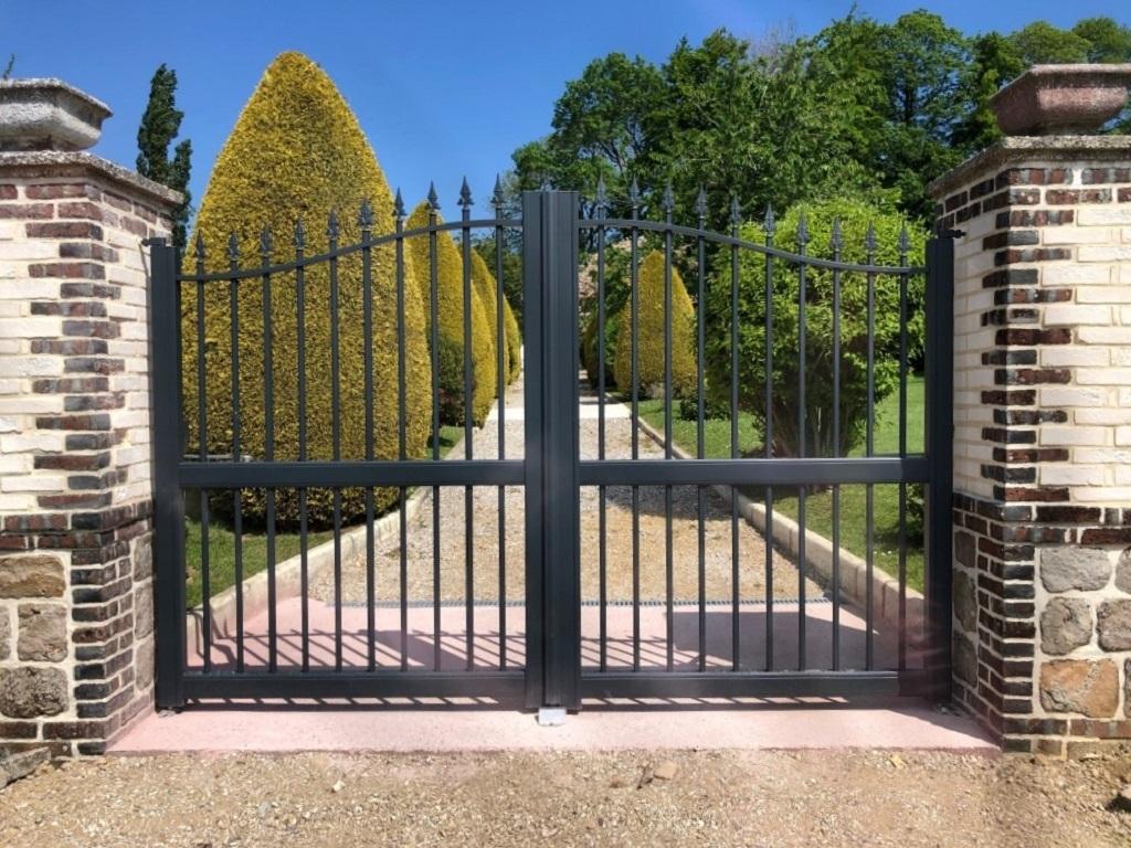 Pose d'un portail aluminium imitation fer forgé