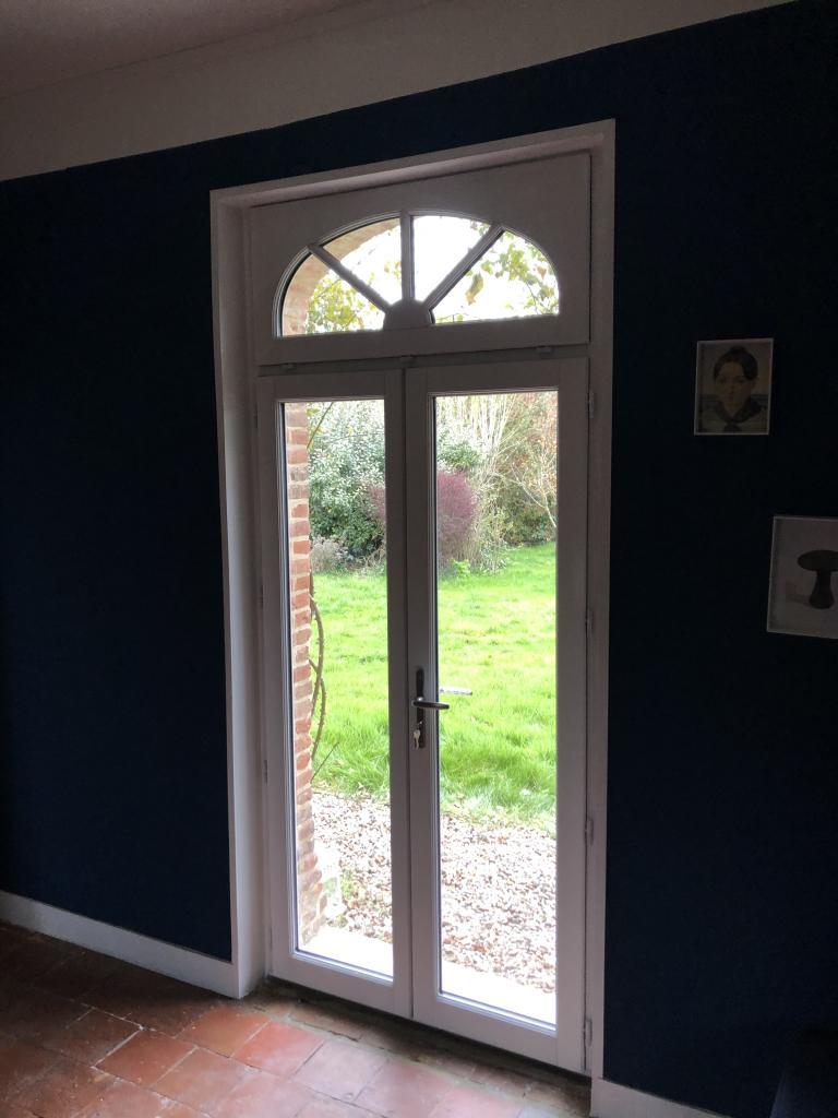 Pose d'une porte fenêtre en bois - RGE