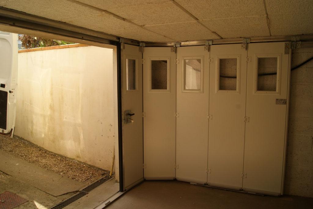 Installation / pose , Porte de garage sectionnelle latérale par artisan menuisier , secteur Yerville / Croixmare, 76 Seine Maritime-Seine Maritime (76)