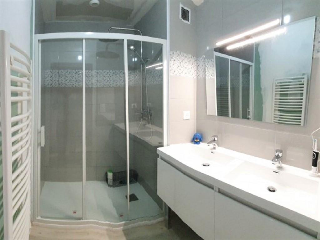 Réflexion d'une salle de bain