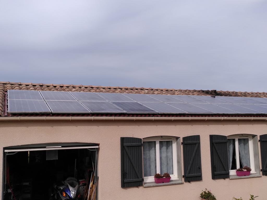 Artisan problèmes de fuite sur des panneaux solaires