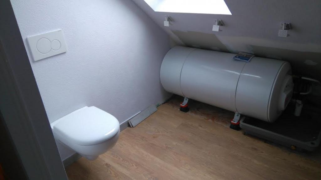 vente installation ballon eau chaude éléctrique Thermor dans une zone grenier amménagé-Finistère (29)