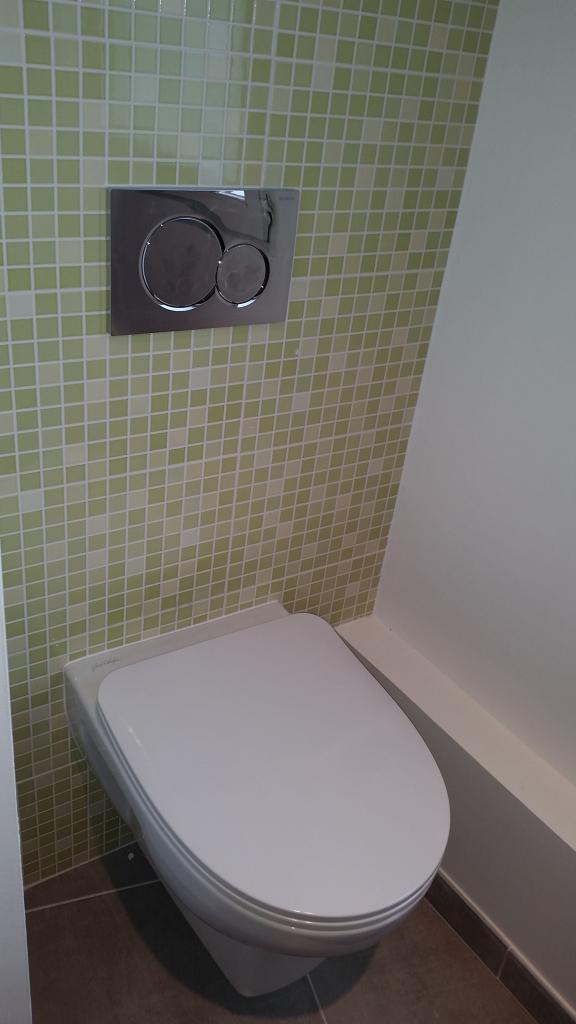 Salle de bain baignoire hydromassante Kinedo douche avec robinetterie encastrée meuble Azzurlign à Puiseaux 45 Loiret