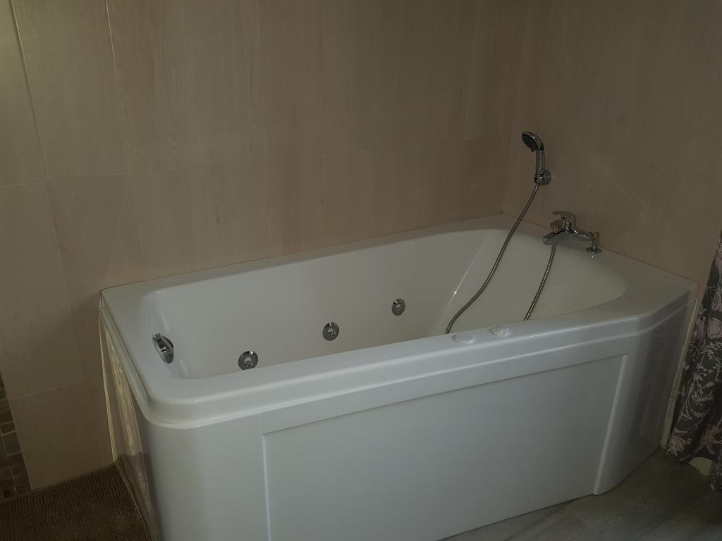 installation d 39 une baignoire kinedo avec syst me hydromassage avec carrelage malesherbes 45. Black Bedroom Furniture Sets. Home Design Ideas