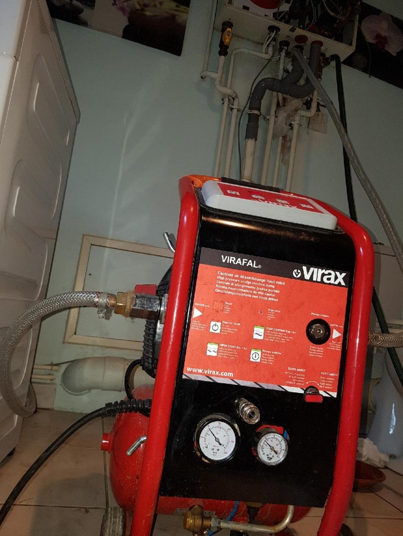 Désembouage de l'installation de chauffage sur le réseau de radiateurs avec une machine spécifique