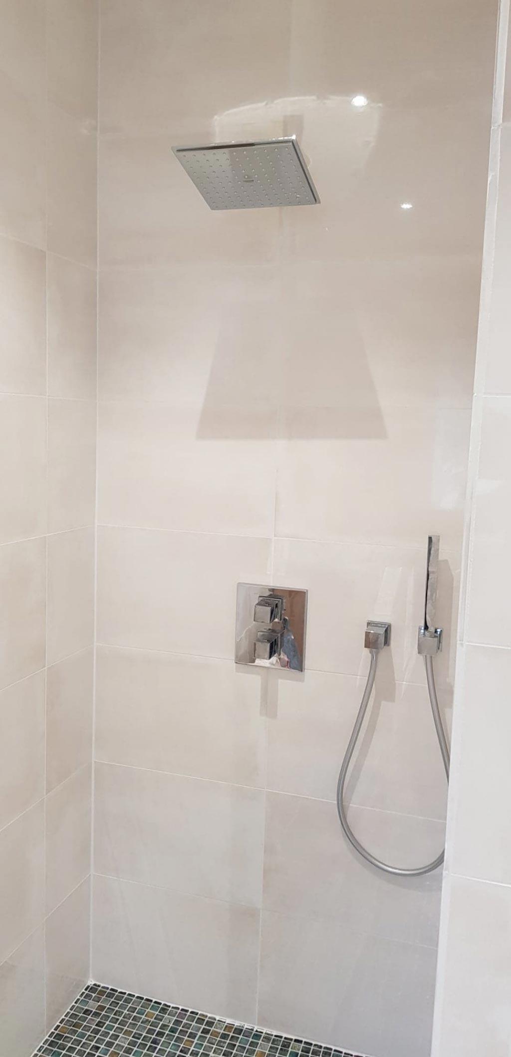 Création d'une salle d'eau avec douche à l'italienne, robinetterie encastrée et cuvette Gébérit Lavante