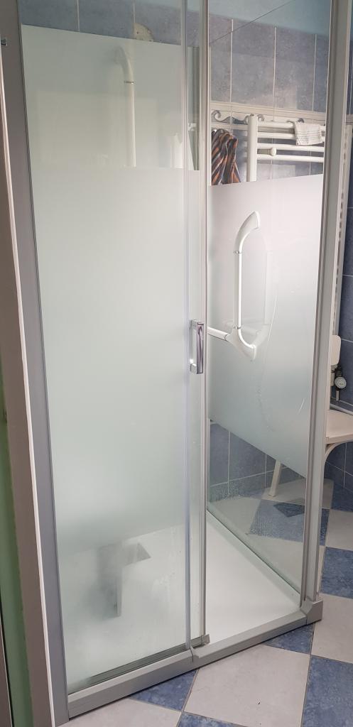 Plombier Installateur :  Changement de la vieille cabine de douche par une douche spécifique pour personnes à mobilités réduite Kinedo KINEMAGIC