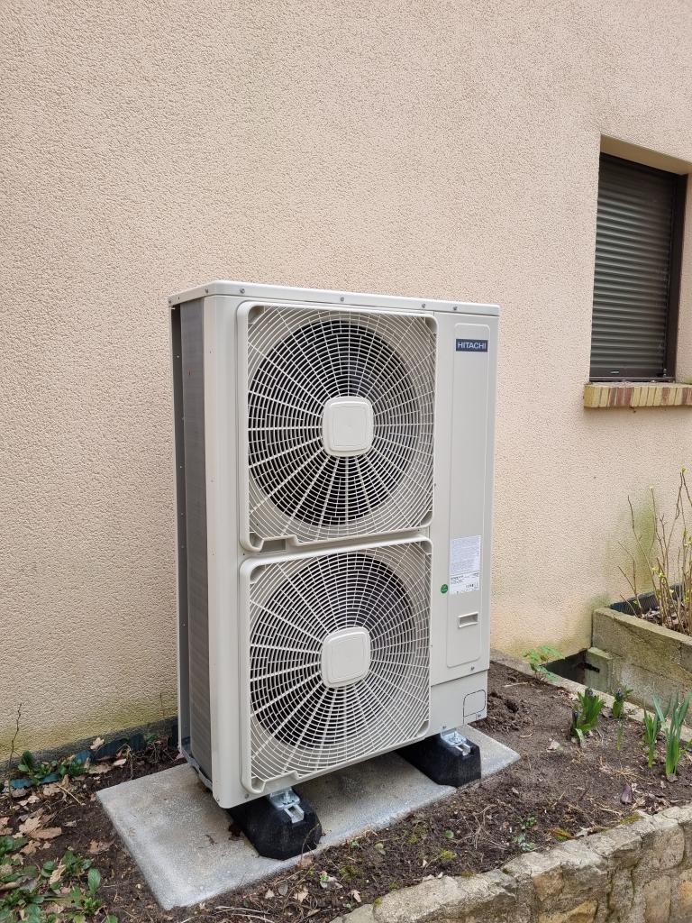 Installateur RGE de pompe à chaleur : Changement de la chaudière gaz propane par une pompe à chaleur AIR-EAU de marque HITACHI YUTAKI S80 COMBI