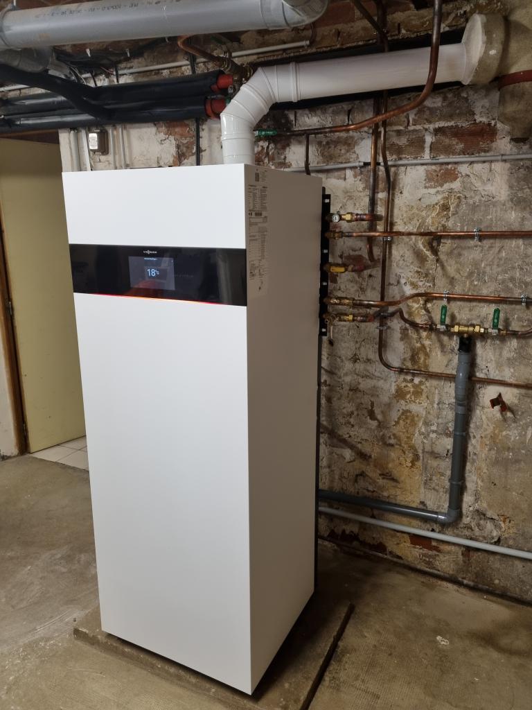 Plombier Chauffagiste Fontainebleau : Changement de la vieille chaudière gaz par une chaudière gaz condensation haute performance énergétique VIESSMANN VITODENS 222 F à AVON
