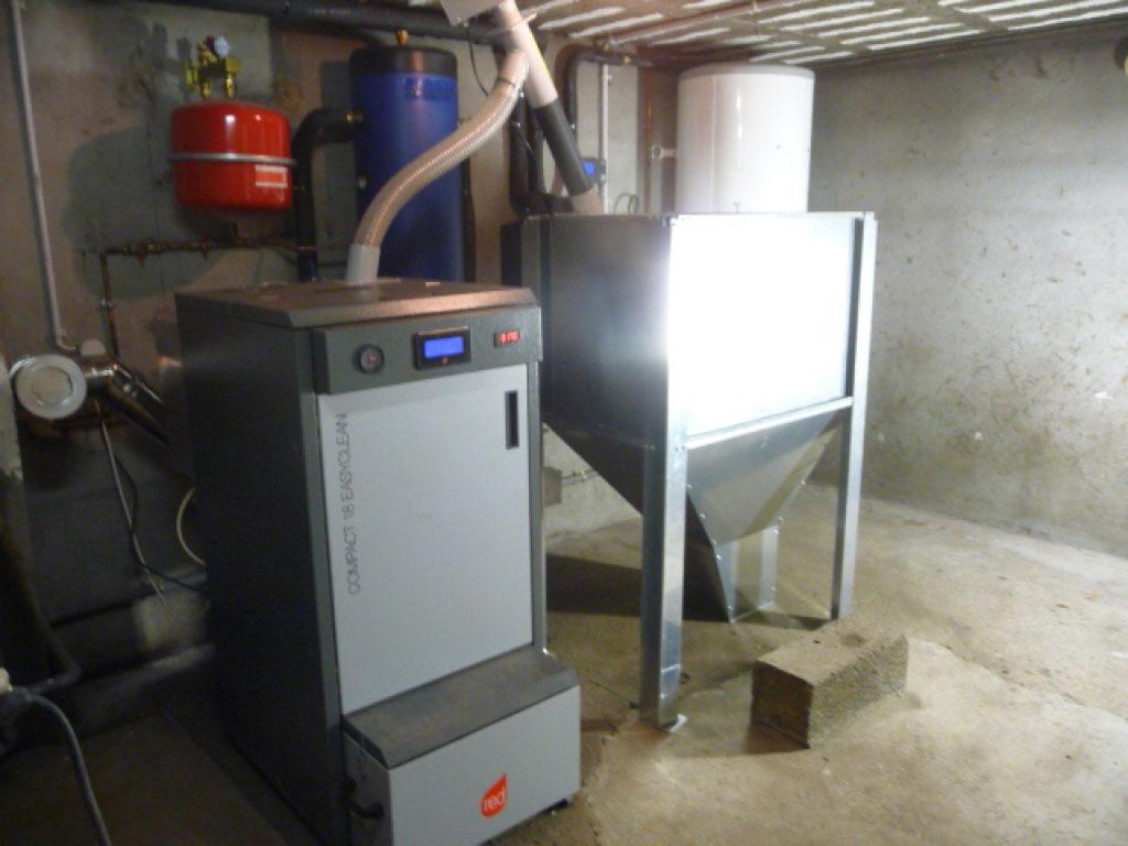 installation d'une chaudière à granulés RED COMPACT EASYCLEAN 18 avec silo métallique de 300kgs