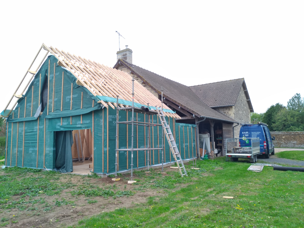 Couverture en tuiles d'une extension de maison en bois