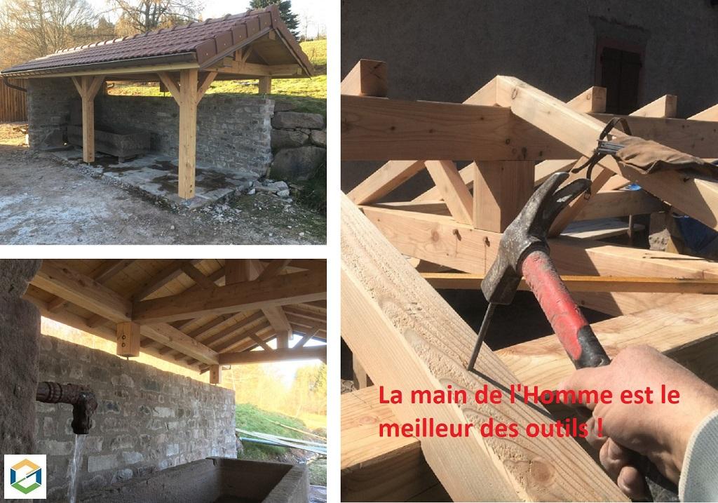 Construction en pierre avec charpente traditionnelle d'un petit bâtiment pour abriter un bassin fontaine