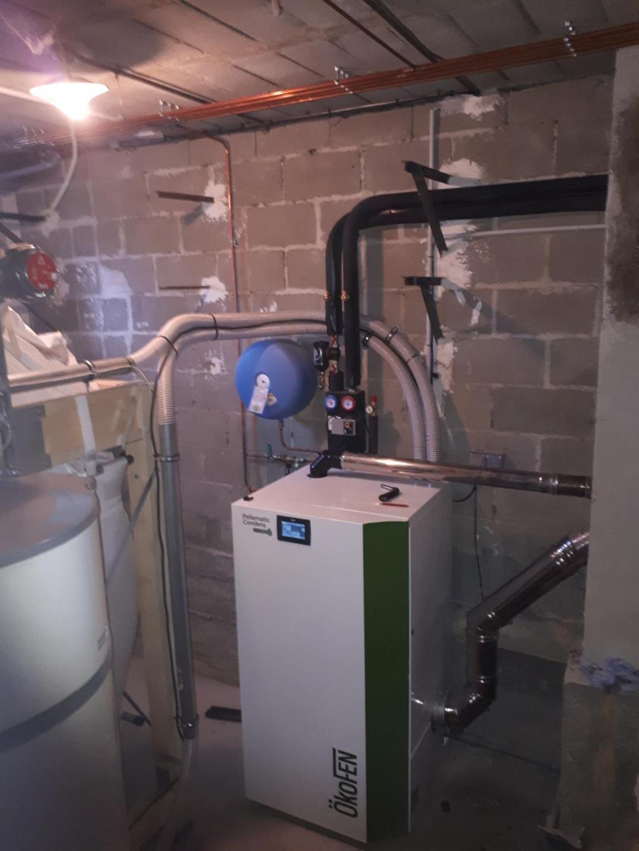 Installation de chaudière biomasse OkOFEN.