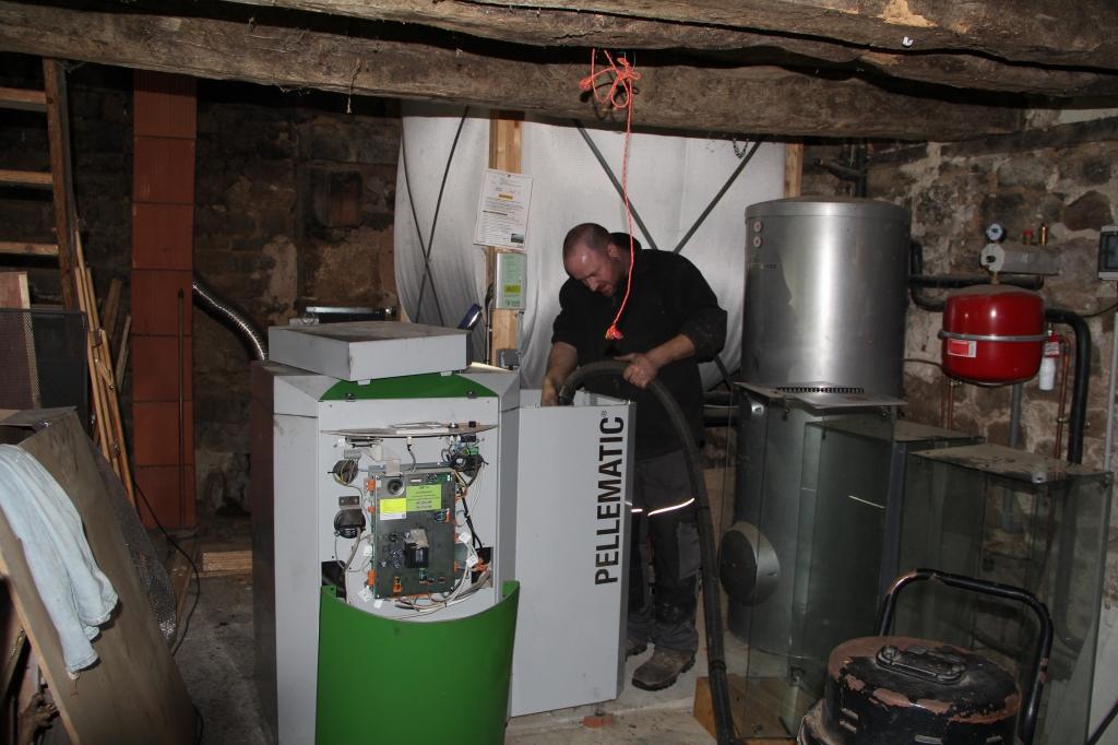 Nettoyage de chaudière à pellets et ramonage de conduit dans le cadre de l'entretien annuel-Côtes d'Armor (22)