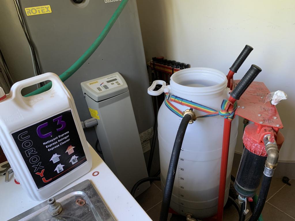 Désembouage plancher chauffant et radiateurs à l'aide d'une pompe Coroxyl