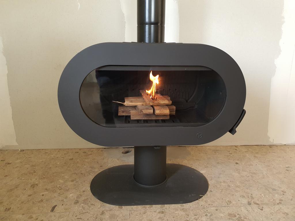 Installation d'un poêle à bois de la marque INVICTA modèle FIFTY