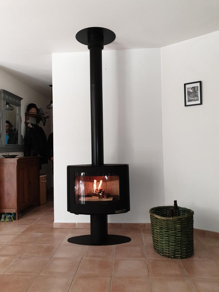 Installation d'un poêle à bois de la marque ADURO modèle 15.4