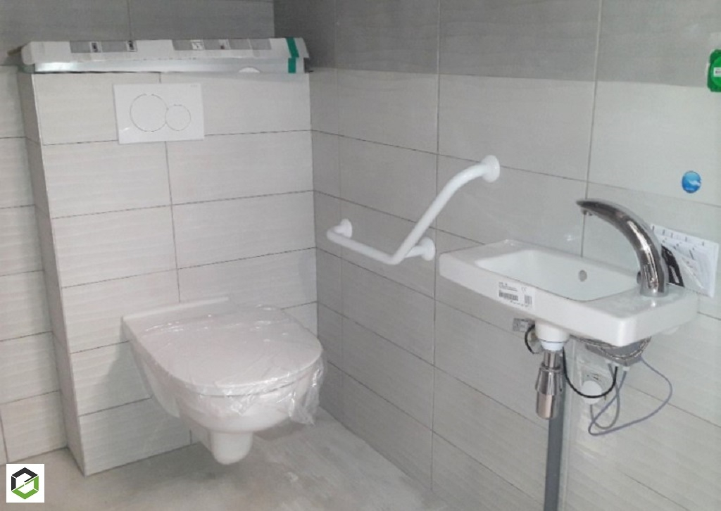 Installation d'équipement sanitaire dans des toilettes pour personnes à mobilité réduite