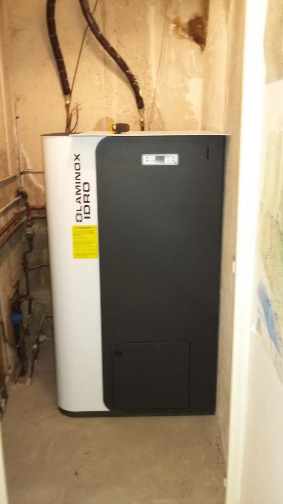 Installation d'une chaudière à granulés (pellets)  LAMINOX et d'un chauffe eau solaire CHAFFOTEAUX