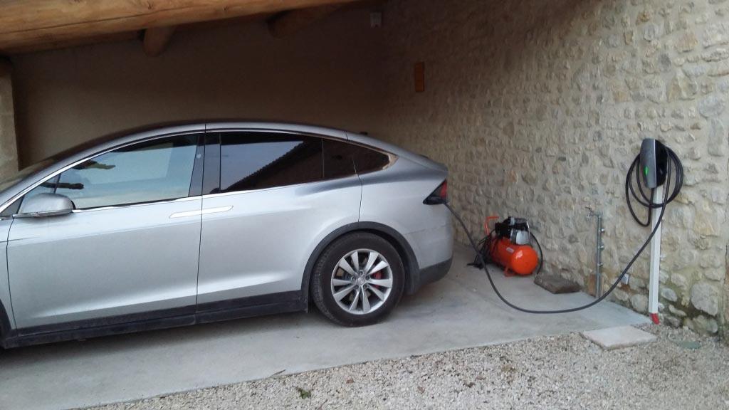 Installation d'une borne de recharge de véhicule électrique au Puy Sainte Réparade (13610)-Bouches du Rhône (13)