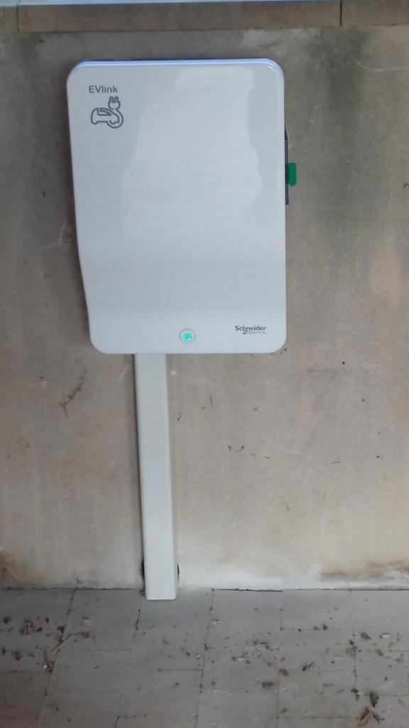 Installation d'une borne de recharge SCHNEIDER ELECTRIC à CABRIES (13)