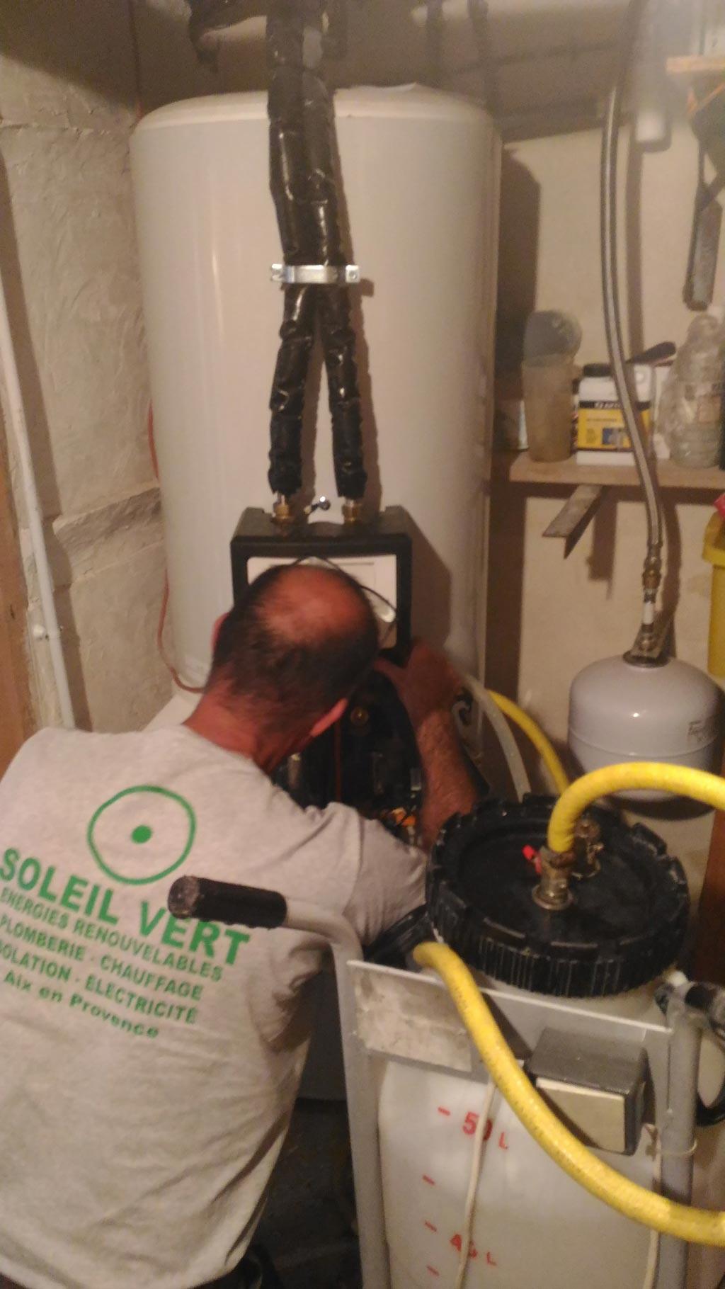 Installation d'un chauffe eau solaire individuel sous pression ATLANTIC capteurs surimposés en toiture