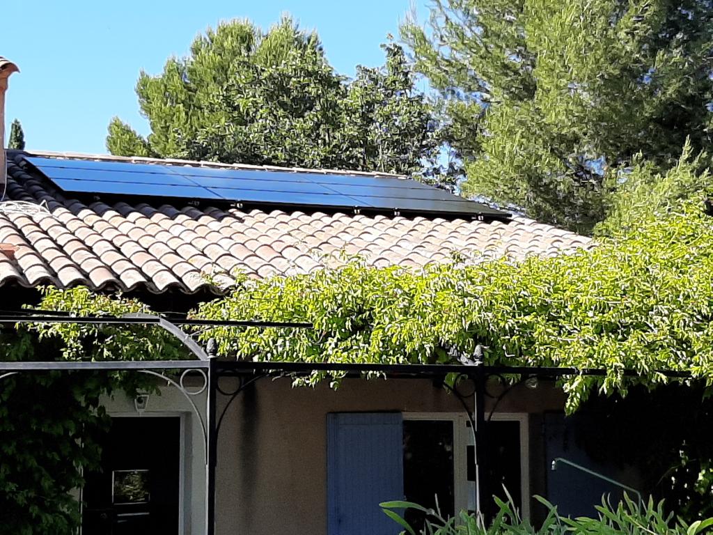 Réalisation d'une installation hybride (thermique + photovoltaïque en auto-consommation de 2.79 Kwc )