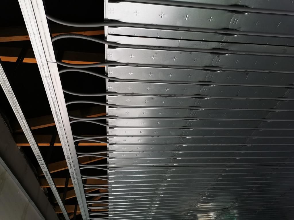 Installation d'u plafond rayonnant chauffant et rafraichissant Innovert