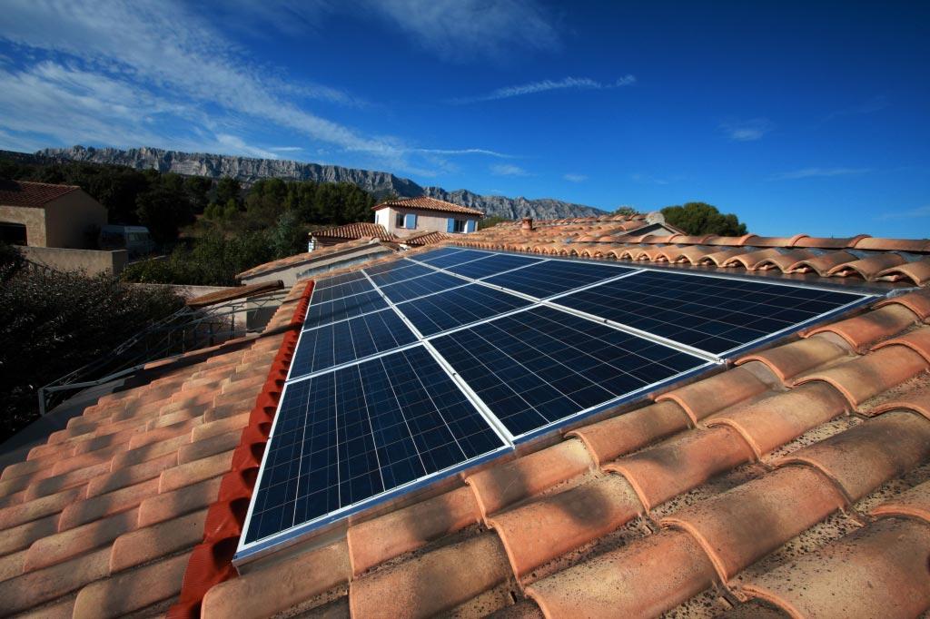 Installation panneaux solaires photovoltaïque intégration au bâti SOLAR FABRIK onduleur SOLARMAX
